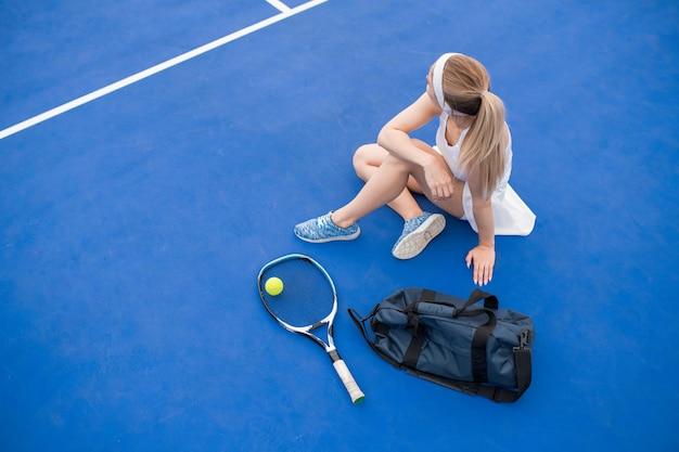 Jugador de tenis femenino sentado