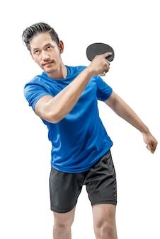 Jugador de tenis de mesa asiático balancea la raqueta posando