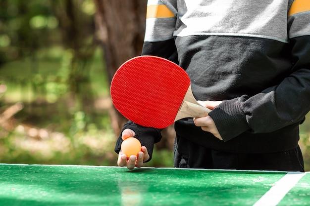 Jugador de tenis de mesa haciendo un saque, close-up
