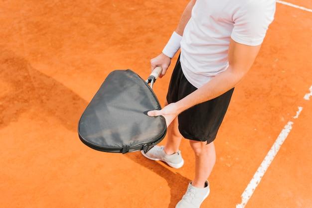 Jugador de tenis sosteniendo la raqueta