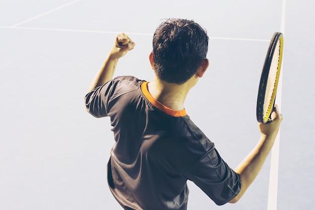 Jugador de la victoria en el partido de tenis.