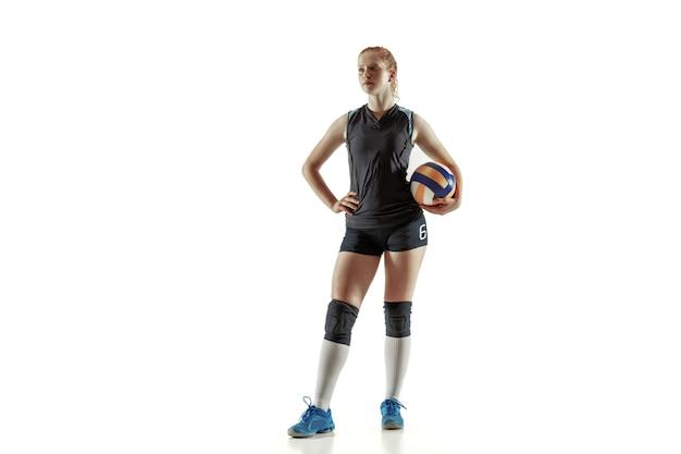 Jugador de voleibol femenino joven aislado sobre fondo blanco de estudio. mujer en equipamiento deportivo y zapatos o zapatillas de deporte entrenando y practicando. concepto de deporte, estilo de vida saludable, movimiento y movimiento.