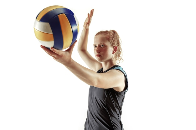 Jugador de voleibol femenino joven aislado sobre fondo blanco de estudio
