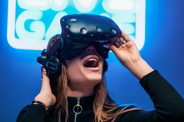 Jugadora joven encantada con el juego. realidad aumentada.