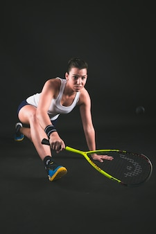 Jugadora joven flexible golpeando la pelota