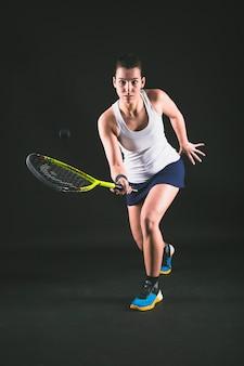 Jugadora de squash devolviendo una pelota