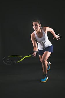 Jugadora de squash golpeando una pelota