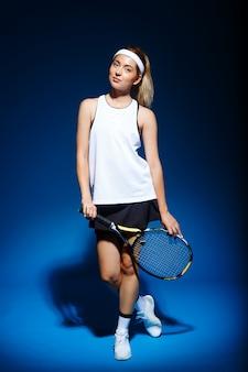 Jugadora de tenis con raqueta posando