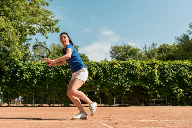 Jugadora de tenis con su raqueta