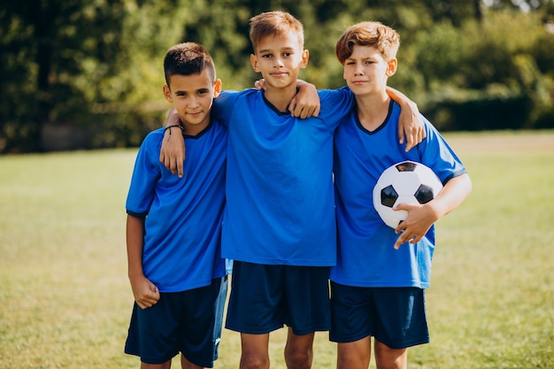 Jugadores del equipo de fútbol en el campo.