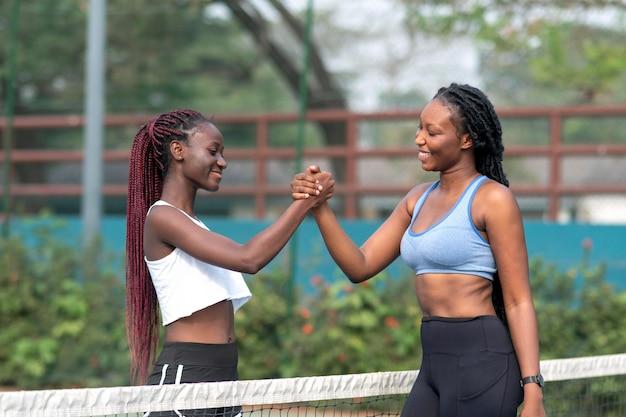 Los jugadores de tenis se estrechan la mano