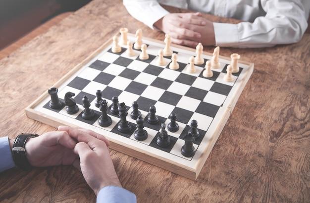 Jugando al ajedrez. concepto de estrategia de competencia