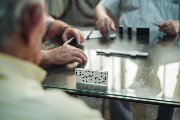 Jugando al juego de dominó