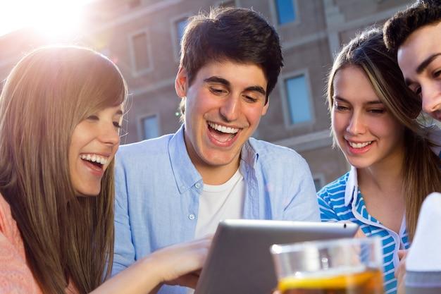 Jugando belleza las mujeres jóvenes la tecnología divertida
