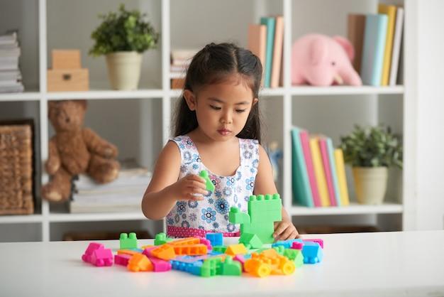 Jugando con bloques de plastico