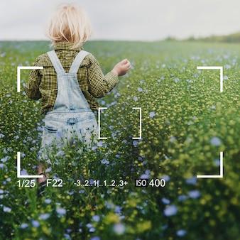 Jugando en un campo de flores.