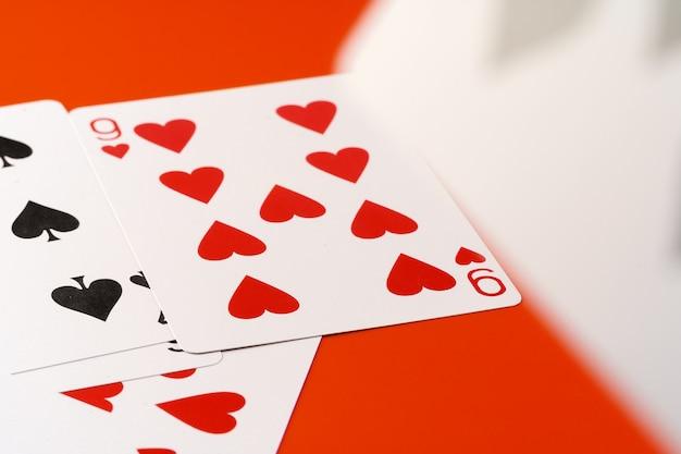 Jugando a las cartas. 9 de corazones
