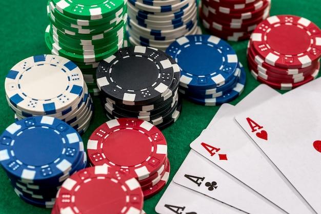 Jugando a las cartas y fichas de póquer de casino en verde