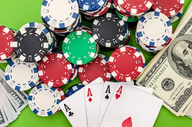 Jugando a las cartas fichas de póquer y dólares