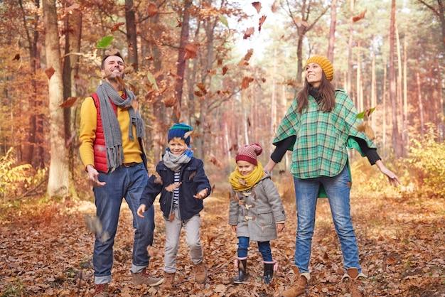 Jugando con la familia en el bosque.