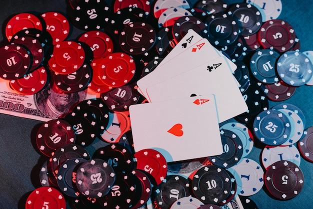 Jugando fichas de póquer, cartas y primer plano de dinero. la vista desde arriba