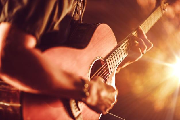 Jugando guitarra acústica