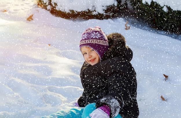 Jugando en la nieve en invierno