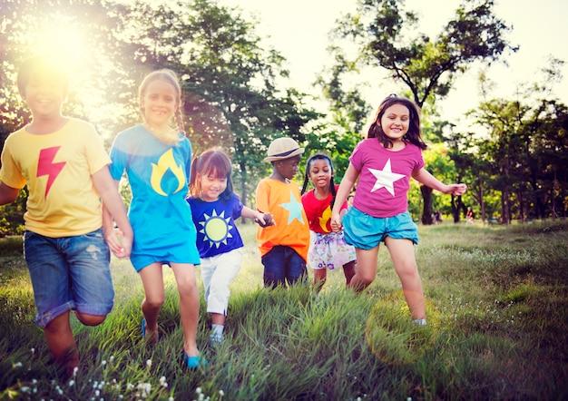 Jugando parque juntos niños niños juntos