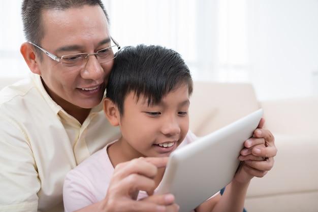 Jugando en tableta digital