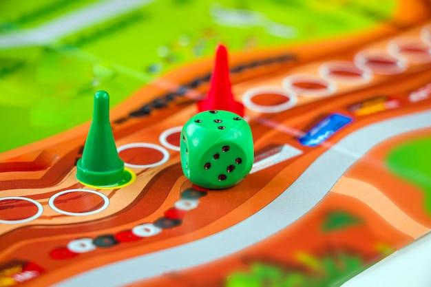 Jugar figuras y fichas con dados. juegos de mesa