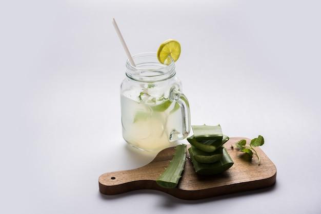 Jugo de aloe vera fresco y saludable en un vaso