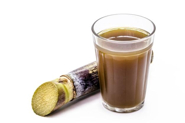 Jugo de caña de azúcar o garapa, bebida rica en sacarosa, bebida fría típica de brasil, fondo blanco aislado con copyspace