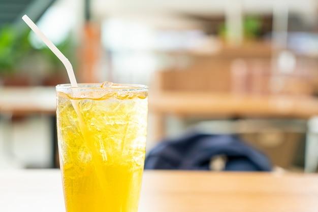 Jugo de crisantemo helado en la mesa de madera en el café restaurante