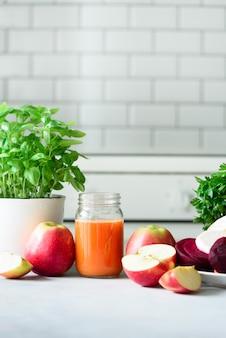 Jugo fresco o licuado, frutas y vegetales.