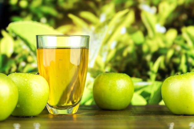 Jugo fresco orgánico de manzana verde