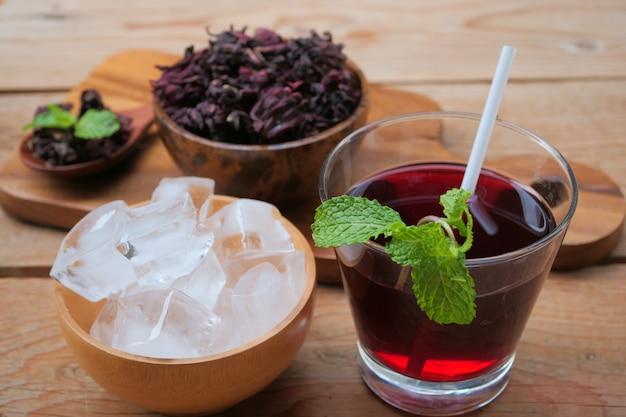 Jugo fresco de roselle (bebida saludable)