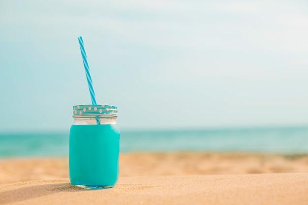 Jugo fresco de verano en la playa