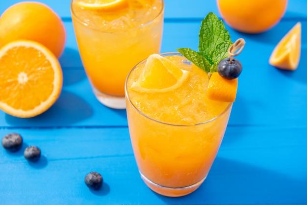 Jugo de fruta fresca, bebidas de cóctel en los vasos.