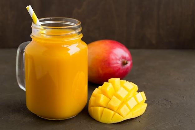 Jugo de fruta fresca en la jarra. en el fondo oscuro