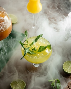 Jugo de limón fresco con hielo picado