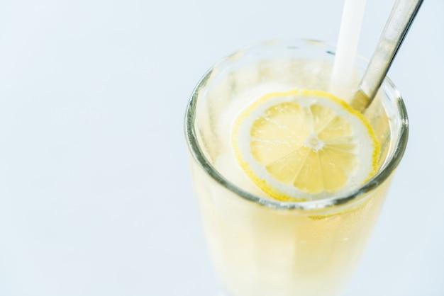 Jugo de limón helado