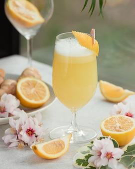 Jugo de limón recién exprimido