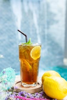 Jugo de limón sobre la mesa