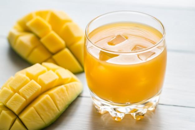 Jugo de mango en la mesa de madera