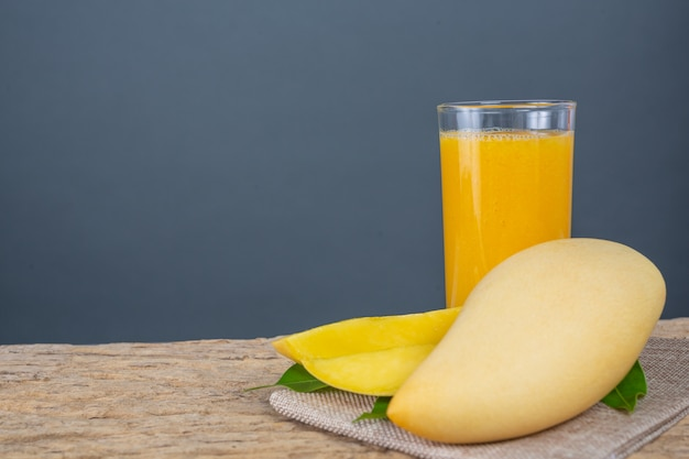 Jugo de mango en la mesa del piso de madera.