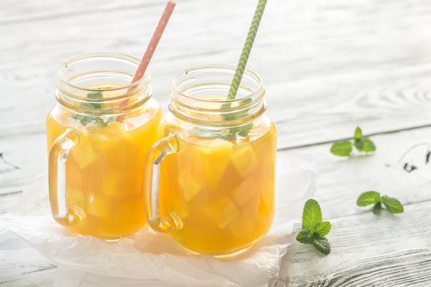 Jugo de mango en tarros de cristal
