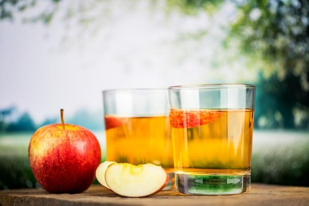 Jugo de manzana fresca cerca de tiro