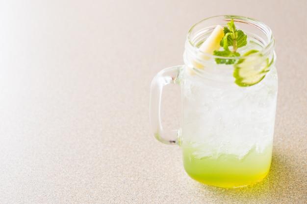 Jugo de manzana y limon