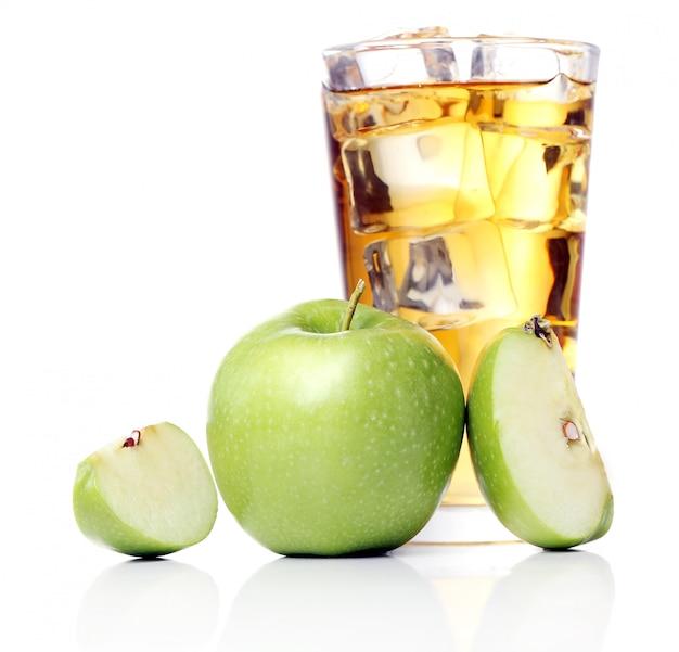 Jugo de manzana con manzanas alrededor