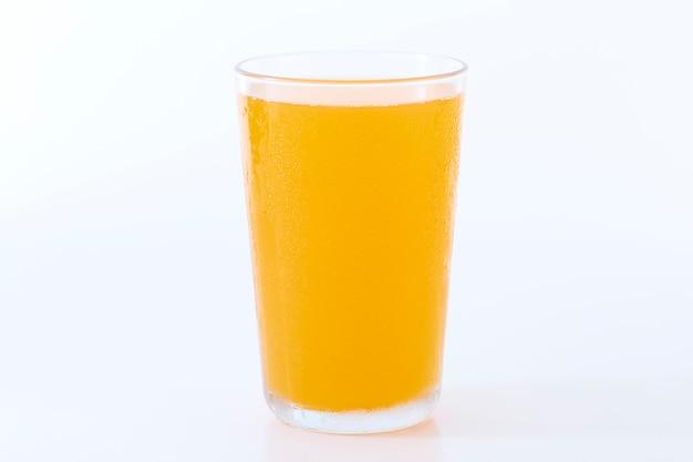Jugo de naranja en blanco